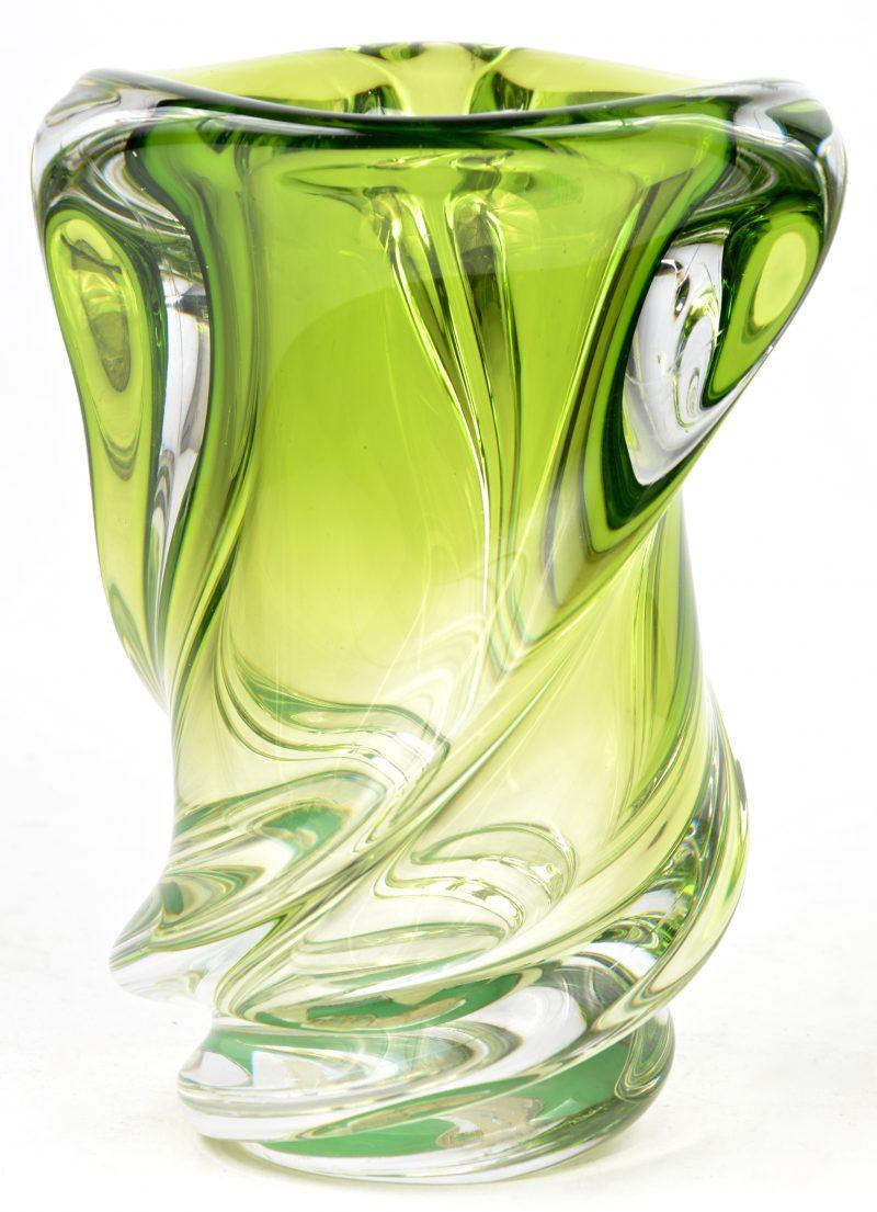 Een grote vaas van kristal, groen gekleurd in de massa.