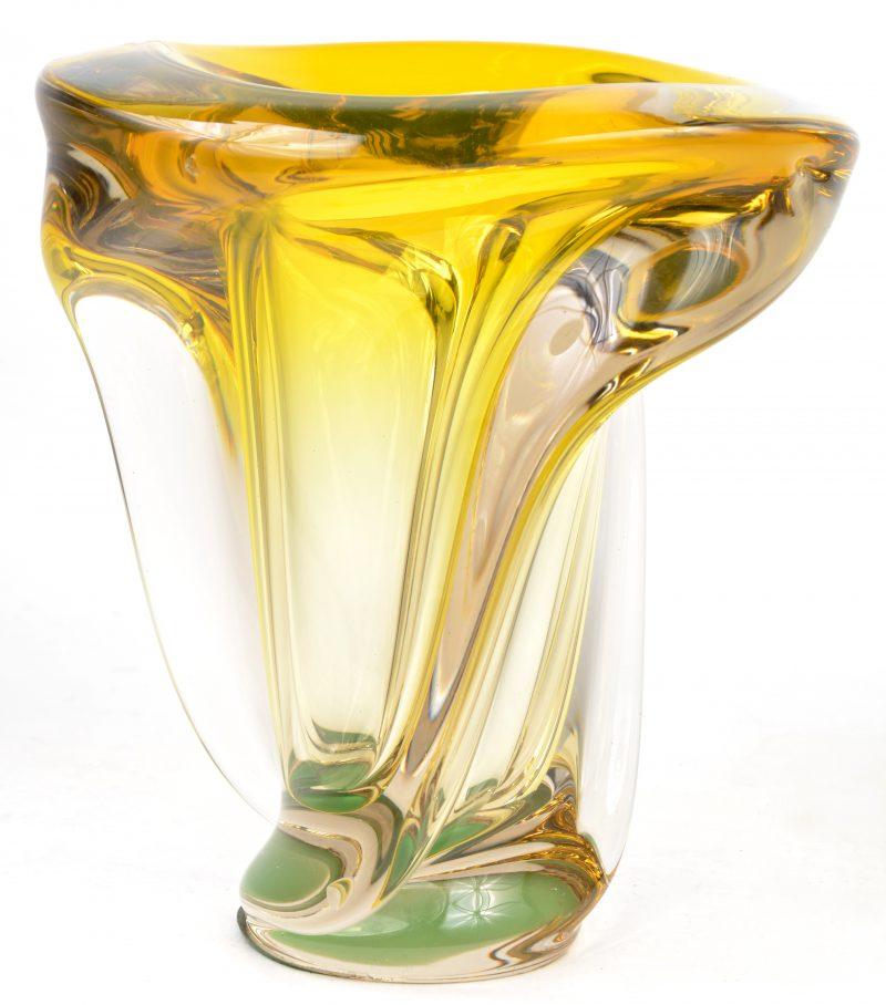 Een grote vaas van kristal, geel gekleurd in de massa.