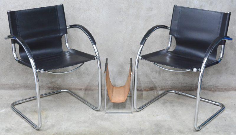 Twee vintage stoelen naar een ontwerp van Mart Stam met bijpassende magazinehouder. Italiaans werk.