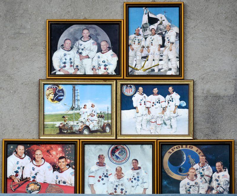 Een lot van zeven foto's van de bemanningen van verschillende Apollo-missies, waarbij vijf met de handtekeningen van de astronauten.