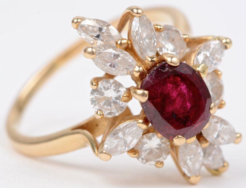 Een 18 karaats geel gouden ring bezet met diamanten en markiezen met een gezamenlijk gewicht van ± 1,20 ct. en een centrale robijn van ± 0,85 ct.