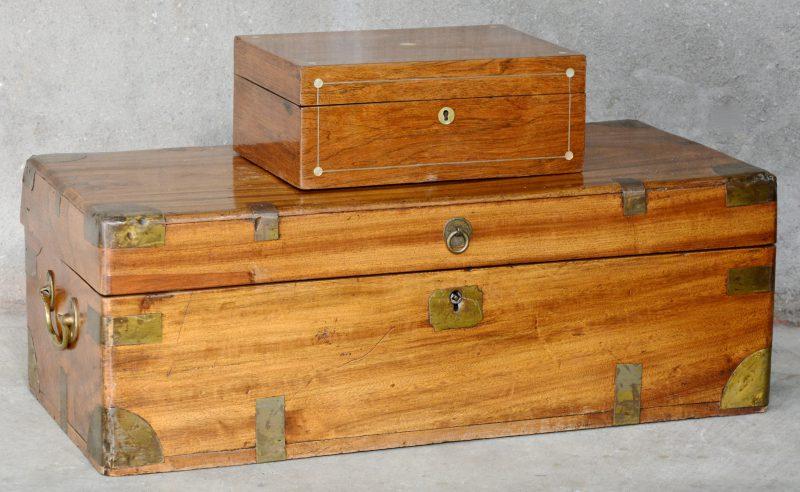 Een groot en een klein gefineerd houten kistje, waarbij het groot met messing en het klein met parelmoer.