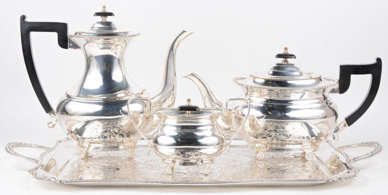 Een driedelig koffie- en theestel van verzilverd metaal op dienblad.