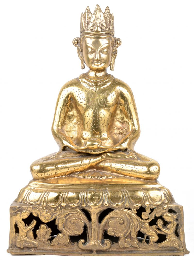 Een zittende Boeddha van wol messing. Enkele manco's en beschadiging.