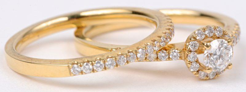 Twee 18 karaats geel gouden ringen bezet met diamanten met een gezamenlijk gewicht van ± 0,65 ct.