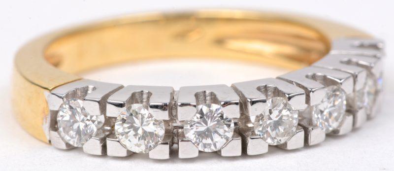 Een 18 karaats wit en geel gouden halve alliance bezet met diamanten met een gezamenlijk gewicht van ± 0,68 ct.