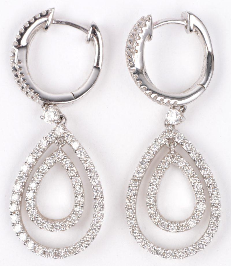 Een paar 18 karaats geel gouden oorbellen bezet met diamanten met een gezamenlijk gewicht van ± 1,18 ct.