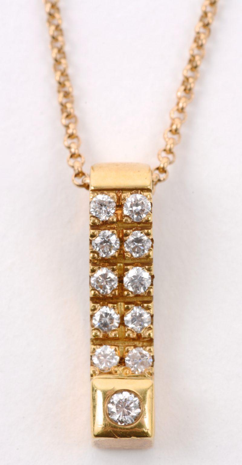 Een 18 karaats geel gouden ketting met hanger bezet met diamanten met een gezamenlijk gewicht van ± 0,14 ct.