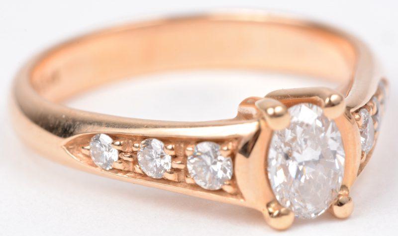 Een 18 karaats roze gouden ring bezet met diamanten met een gezamenlijk gewicht van ± 0,26 ct. en een centrale diamant van ± 0,46 ct.
