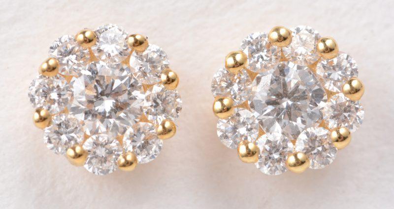Een paar 18 karaats geel gouden oorbellen bezet met diamanten met een gezamenlijk gewicht van ± 0,46 ct.