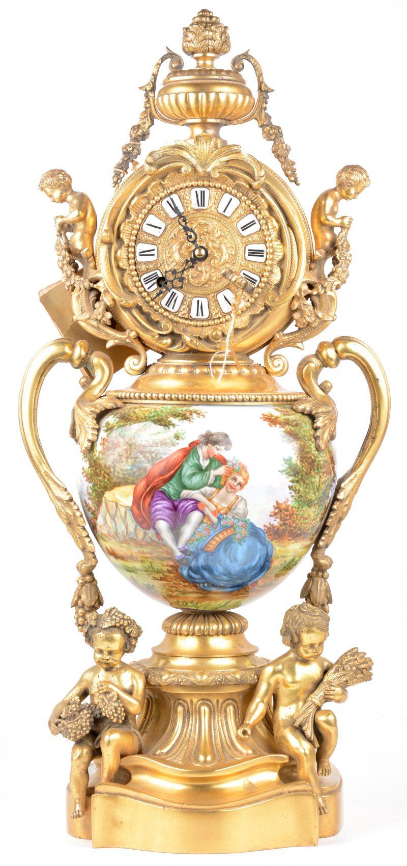 Een Italiaanse klok van handgeschilderd porselein met romantische figuren en messingen puti. Werk recent nagekeken.