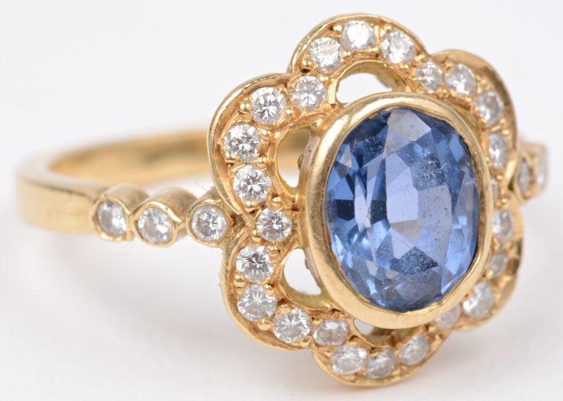Een 18 karaats geel gouden ring bezet met briljanten met een gezamenlijk gewicht van ± 0,35 ct. en een centrale saffier van ± 2 ct.