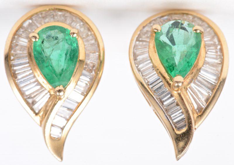 Een paar 18 karaats geel gouden oorbellen bezet met diamant baguetten  met een gezamenlijk gewicht van ± 1,30 ct. en twee Columbiaanse smaragden met een gezamenlijk gewicht van ± 1,70 ct.