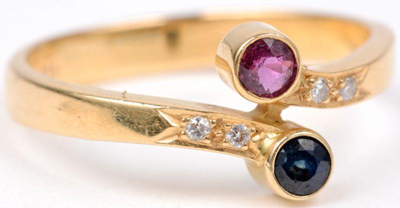 """""""Toi et moi"""". Een 18 karaats geel gouden ring bezet met briljantjes, een robijn en een saffier met een gezamenlijk gewicht van ± 0,20 ct."""
