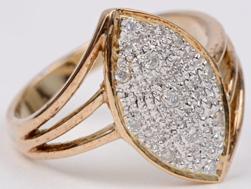 Een 14 karaats wit en geel gouden ring bezet met briljanten met een gezamenlijk gewicht van ± 0,10 ct.