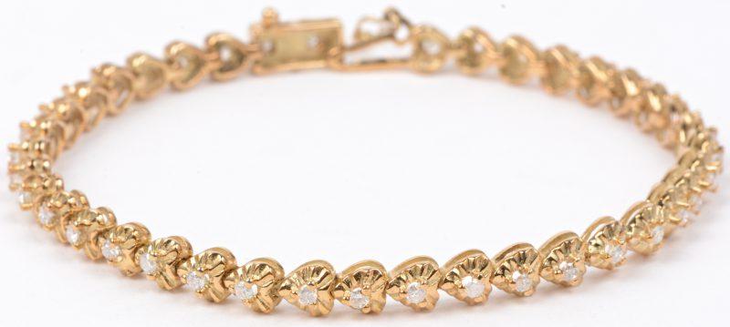Een 14 karaats geel gouden schakelarmband bezet met briljanten met een gezamenlijk gewicht van ± 0,80 ct.