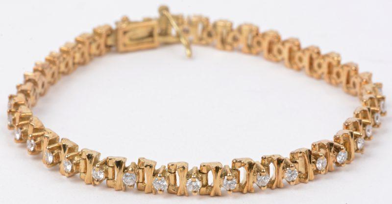 Een 14 karaats geel gouden schakelarmband bezet met briljanten met een gezamenlijk gewicht van ± 1,35 ct.