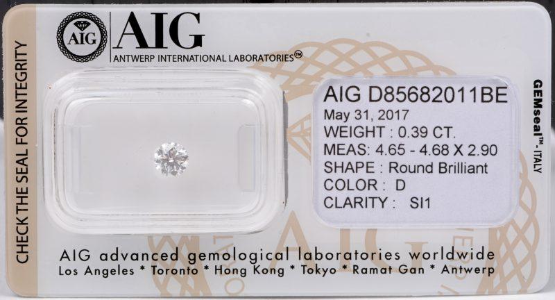 Een briljant van 0,39 ct. Color D SI1. In afgesloten identiteitskaart en met certificaat.
