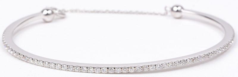 Een 18 karaats wit gouden slavenarmband bezet met diamanten met een gezamenlijk gewicht van ± 0,90 ct.