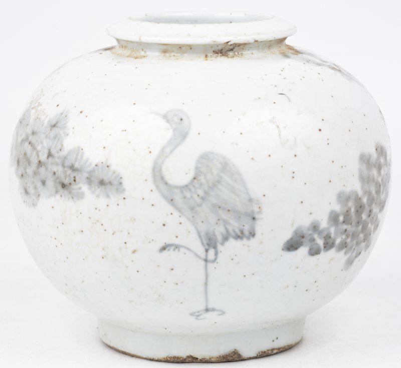 Een bol vaasje van Chinees aardewerk met een vogel in het decor.