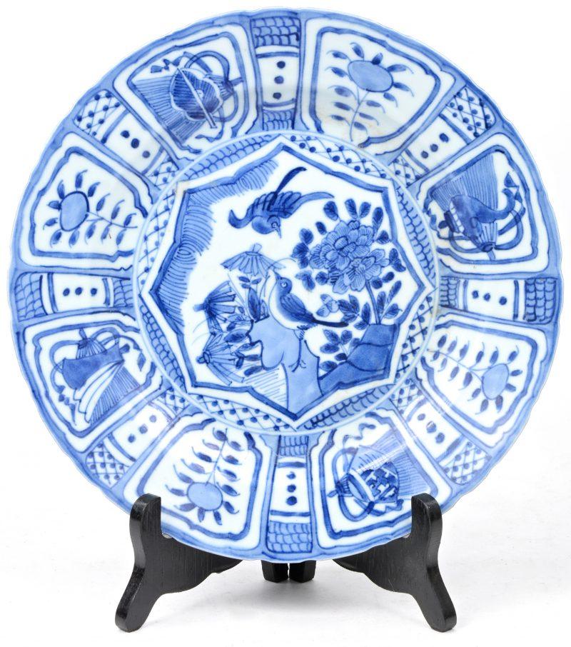 Een schotel van Chinees porselein met blauw op wit decor in de stijl van het Wanli-porselein.