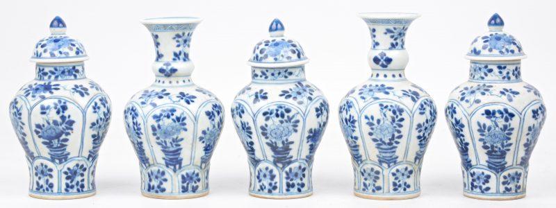 Een vijfdelig kaststelletje van blauw en wit Chinees porselein, bestaande uit twee balustervaasjes en drie dekselvaasjes.