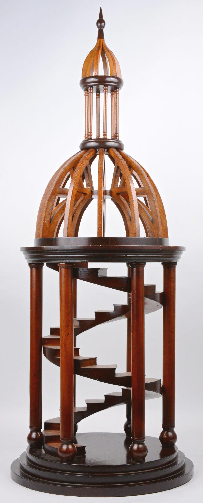 Een houten replica van een meesterstuk in de vorm van een trappenhuis.