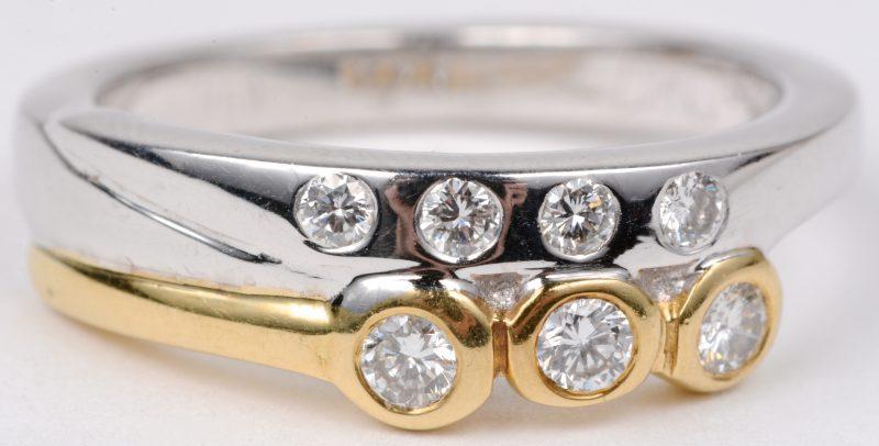 Een 18 karaats wit en geel gouden ring bezet met diamanten met een gezamenlijk gewicht van ± 0,35 ct.