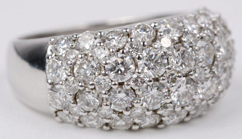 Een 18 karaats wit gouden ring bezet met diamanten met een gezamenlijk gewicht van ± 3,10 ct.
