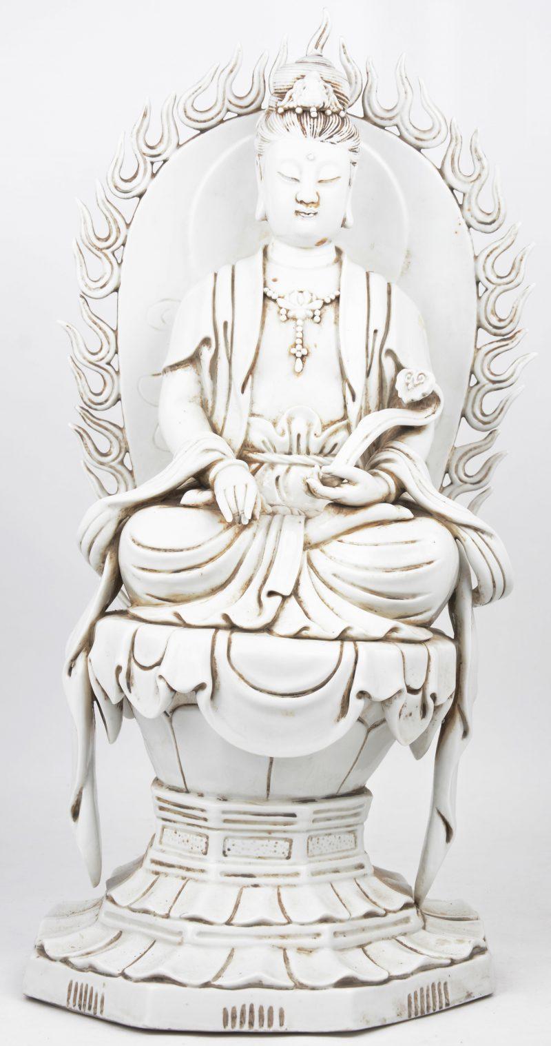 Een zittende guanyin met ruyi van monochroom wit porselein in de stijl van het blanc-de-Chine.