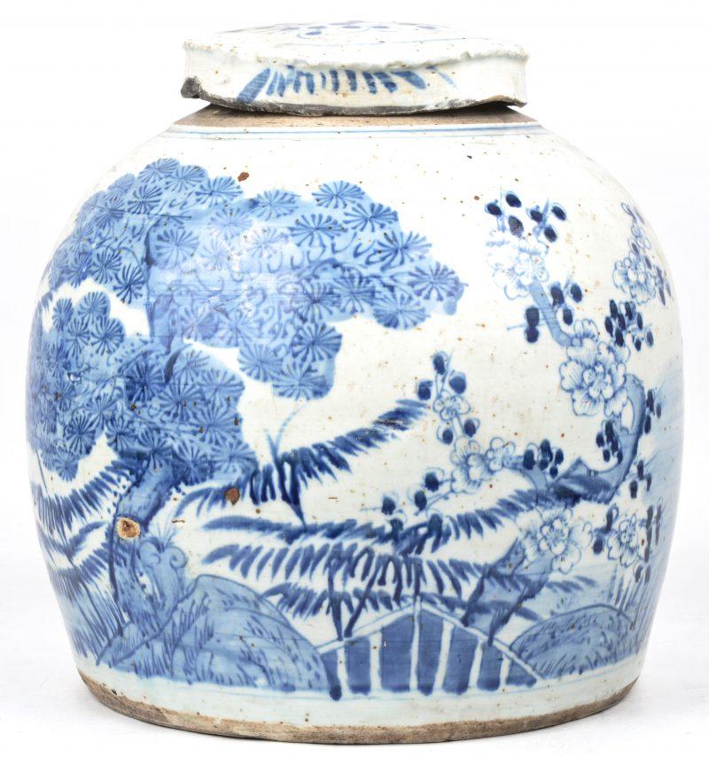 Een antieke gemberpot van Chinees porselein met een blauw op wit landschapsdecor.