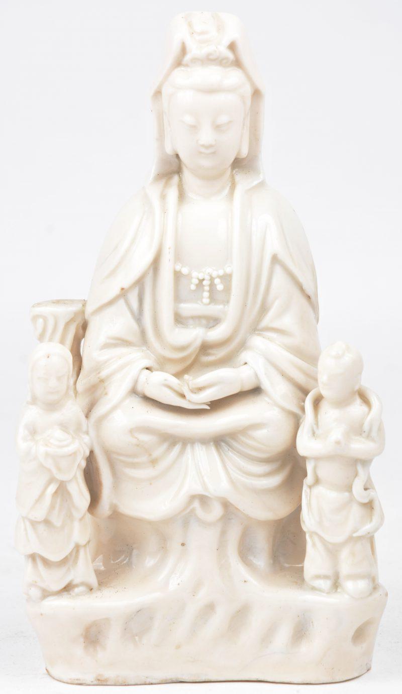 Een zittende Guanyin met twee kindjes. Monochroom wit porselein in de geest van het blanc-de-Chine.