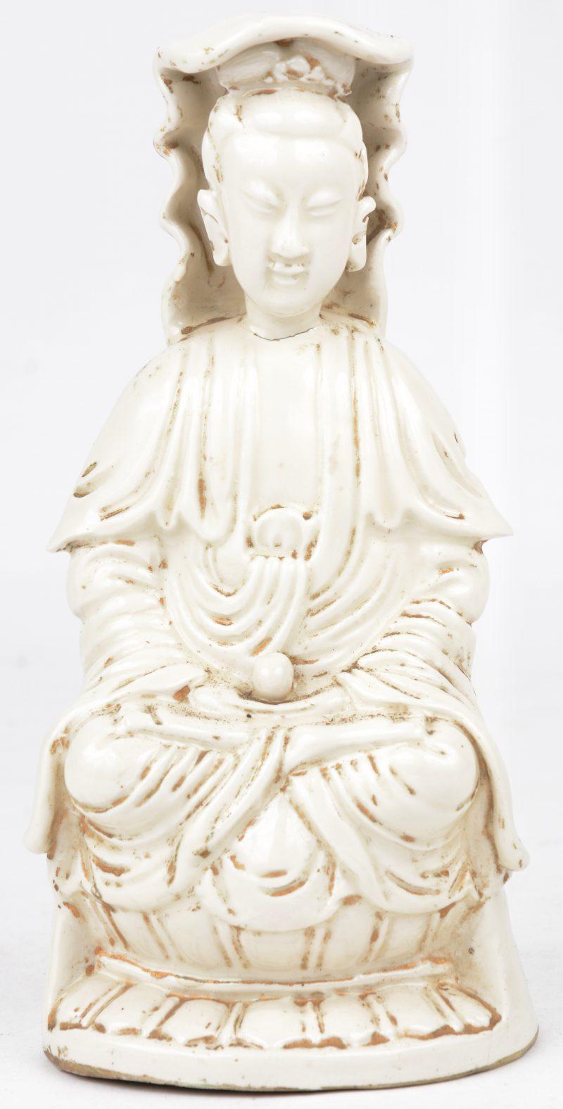 """""""Guanyin met bal"""". Een beeldje van monochroom wit porselein in de geest van het blanc-de-Chine."""