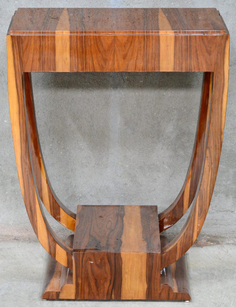Een tafeltje met twee laden in art-decostijl.