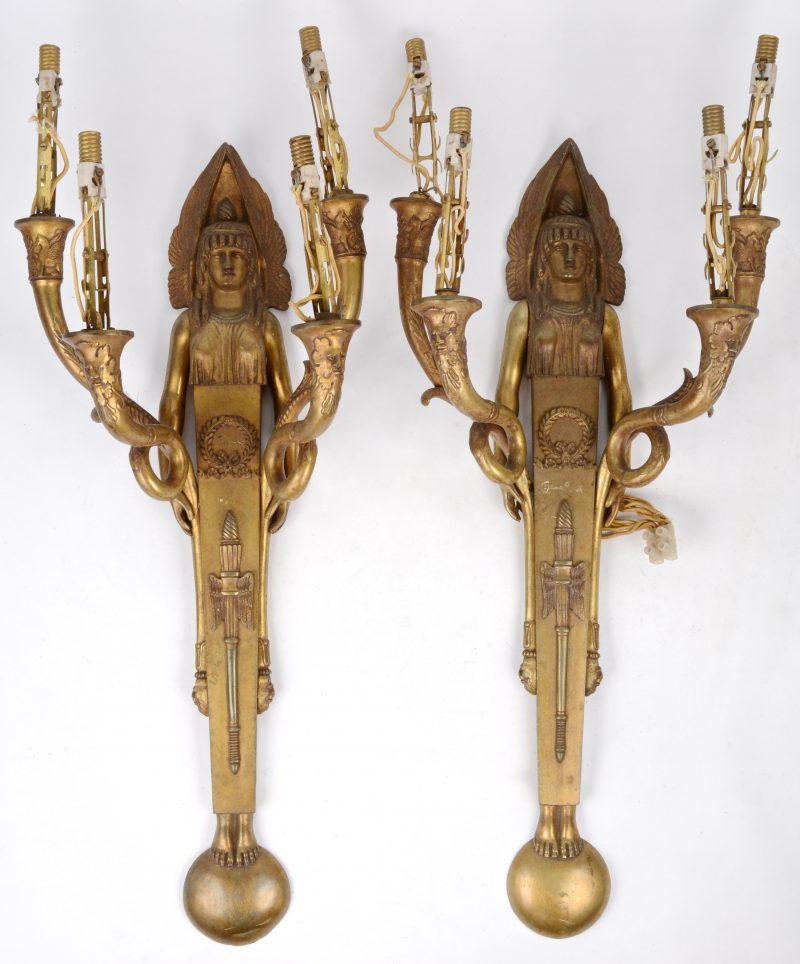 Een paar bronzen empire wandkandelaren met twee lichtarmen, gedragen door engelen.
