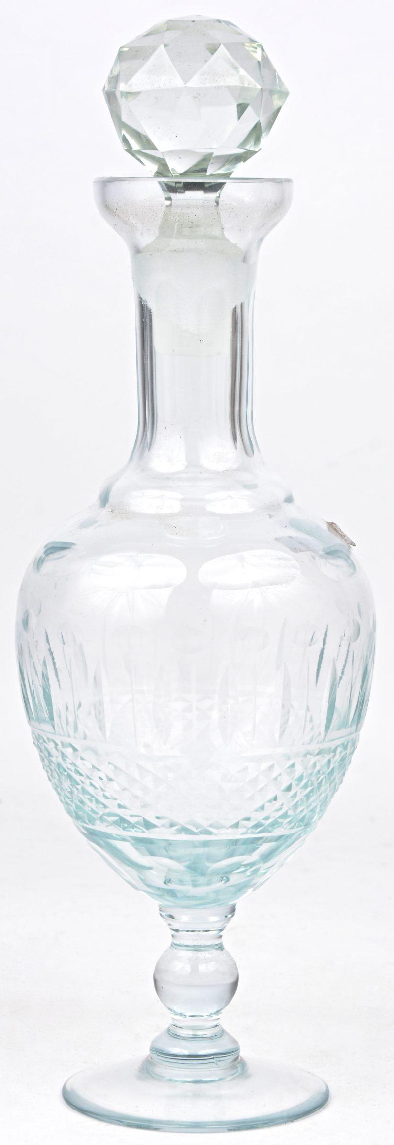Een geslepen glazen karaf.