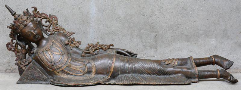 Een liggende bronzen Boeddha