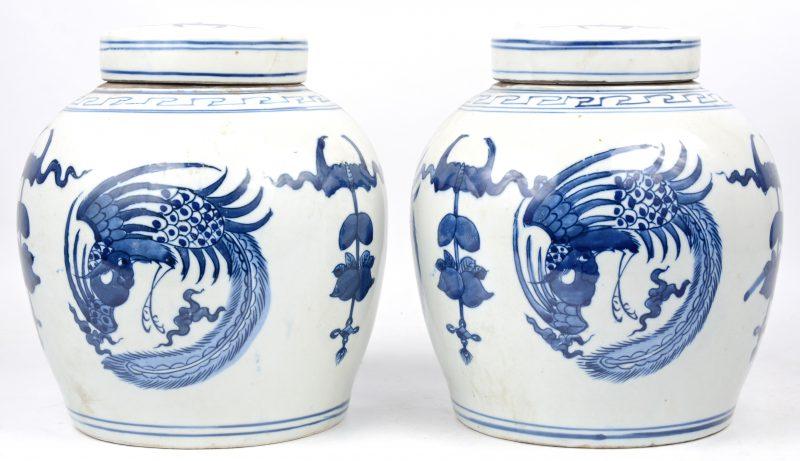 Een paar gemberpotten van blauw en wit Chinees porselein met een decor van perzikken, vleermuizen en pauwen.