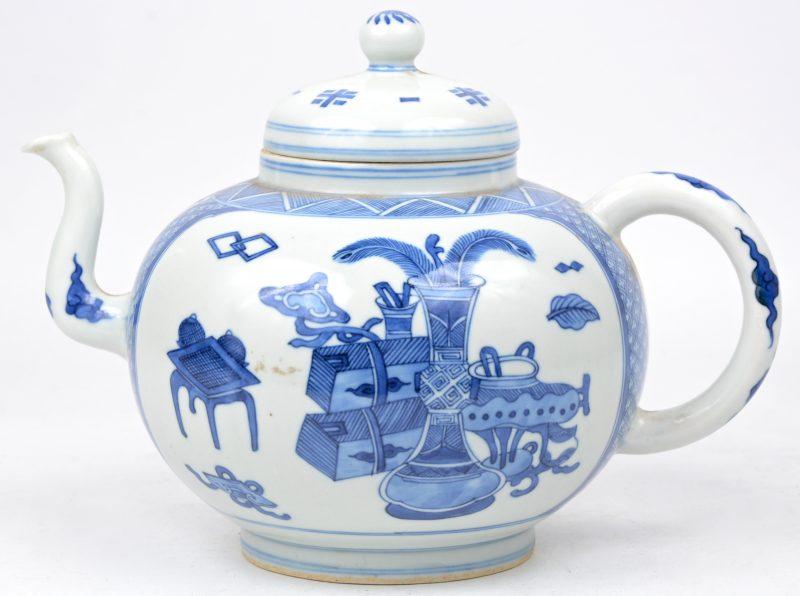 Een Chinese theepot van blauw en wit Chinees porselein met een decor van kostbaarheden.