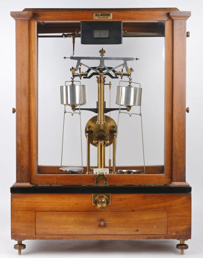 Elektrische precisieweegschaal voor wetenschappelijk onderzoek in notenhout vitrinekastje. Medio XXde eeuw.