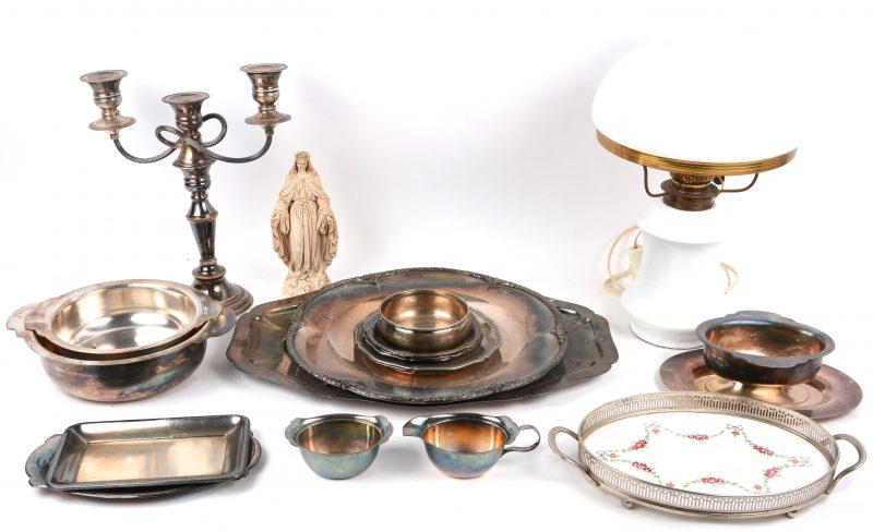 Een lot varia, bestaande uit een groot aantwal vcerzilverd metalen voorwerpen, een op elektriciteit gemonteerde olielamp van opaalglas en een gipsen Martiabeeldje