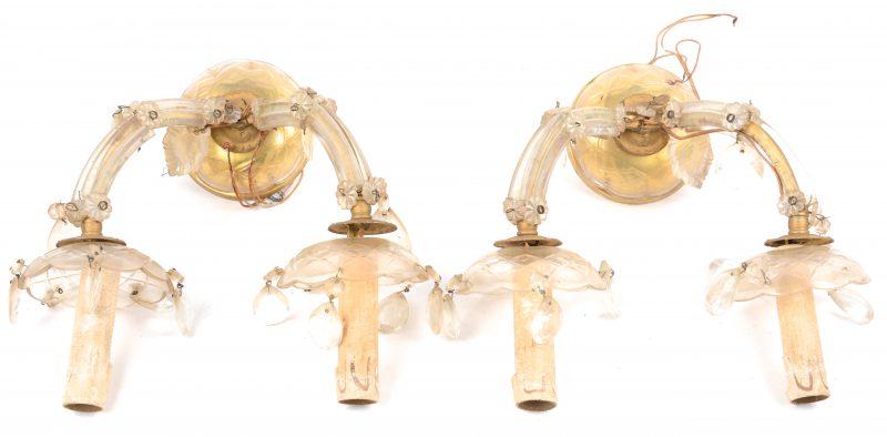 Een paar appliques van koper en glas met twee lichtpunten, versierd met pendeloques.