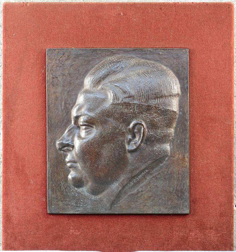 """""""Profiel van een man."""" Bronzen plaquette. Gesigneerd."""