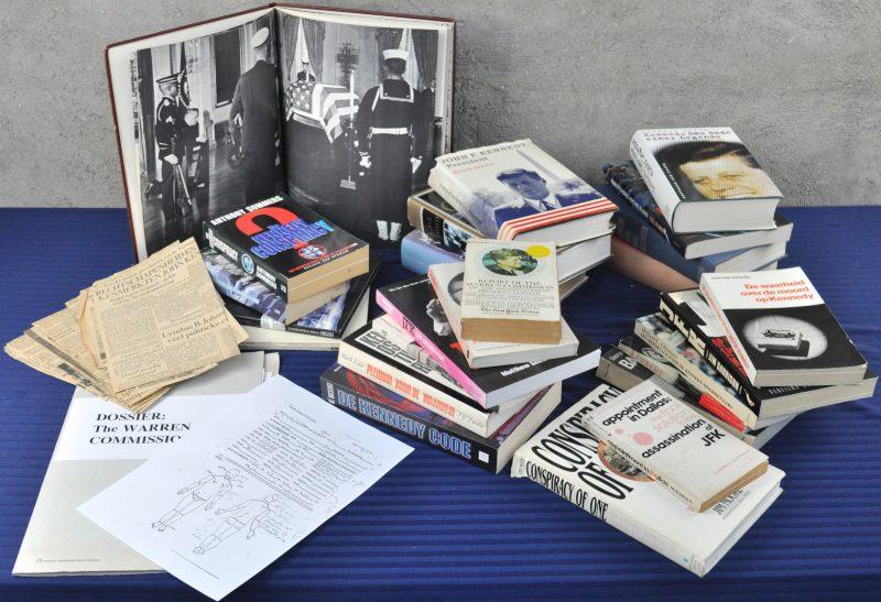 Lot boeken over de moord op John F. Kennedy.Bevattende beschrijvingen, complottheorieën , Fotoboeken , Kranteknipsels, uittreksels uit het dossier van de Warren Commission. etc...
