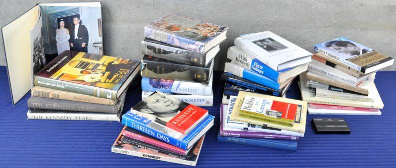 """Lot boeken over het leven van John F. Kennedy als president. Verschillende portretten in Hardcover. We voegen een cassette met """"the wit of Kennedy"""" toe."""