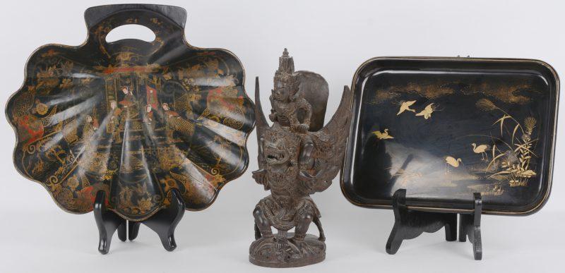 Een Garuda van gesculpteerd hout. We voegen er twee Chinese schoteltjes van zwartgelakt hout met handgeschilderde decors aan toe.
