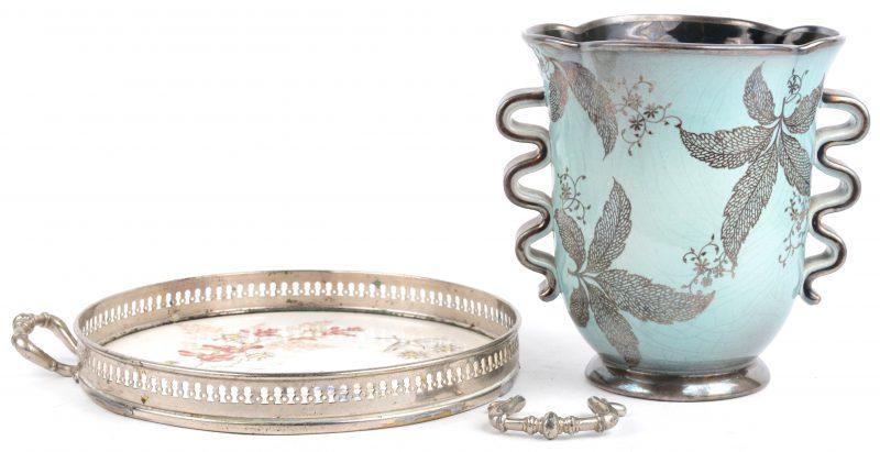 Een lot porselein, bestaande uit een vaas met een verzilverd decor van gebladerte en een dienblaadje met een meerkleurig bloemendecor in verzilverd montuur. Een handvat van het tweede te herstellen.