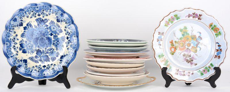 Een lot  van 14 diverse aardewerken borden.