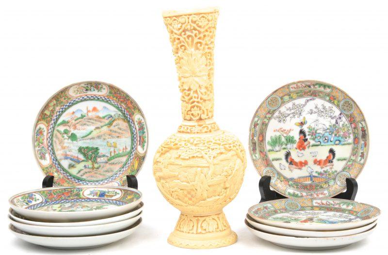 Een lot varia, bestaande uit negen kleine bordjes van Chinees porselein en een kunststof vaasje.