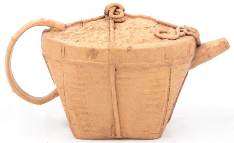 Een kleine aardewerken theepotje. Chinees werk. Onderaan met stempel.